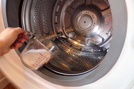 洗濯機のカビ掃除に使う酸素系漂白剤を入れる