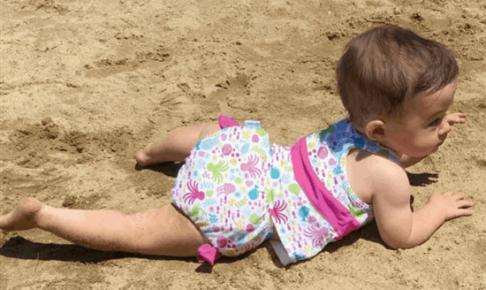乳児のベビースイミングの水着