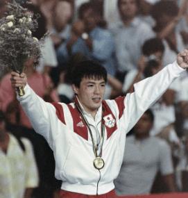 バルセロナ五輪柔道男子71キロ級で金メダルを獲得し、歓声に応える古賀稔彦さん=スペイン・バルセロナで1992年7月31日